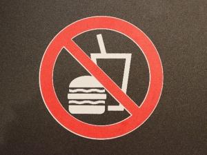 ひざ関節の痛みに悪影響を及ぼす食べ物・飲み物とは?