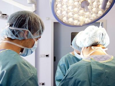 今、ひざの痛みを治療する方法の研究が進んでいます。ひざの痛みの代表的な治療法にはヒアルロン酸注射がありますが、それに代わる治療法といわれているものの一つが、「幹細胞注入」です。この新しい治療法についてご紹介します。