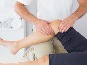変形性膝関節症の治療法の一つであるリハビリ。家でなんとなくリハビリのようなものを行ってはいるものの、本当に効果があるのか不安になることはありませんか? そこで、プロが現場で実際に行っているリハビリ法をご紹介。家でもできますよ。