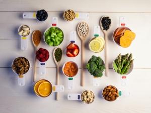 変形性膝関節症にお悩みの方に、過去のコラムから予防・改善に有効な食材、NG食材のまとめをご紹介します。食生活の見直しは、生活改善や運動習慣と同じくらい、ひざ痛の緩和が期待できます。食べ方や摂取時のポイントもまとめてチェックしましょう!