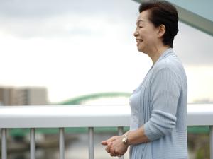 先日、磁石で幹細胞を集めて、ひざの損傷した軟骨を修復するという手術が、広島大学で実施されたのをニュースなどで見た方も多いでしょう。今、この「幹細胞」には非常に注目が集まっています。ひざの関節の痛みを治療する方法は数多くありますが、この幹細胞注入は先駆的で、将来的に有望な手術といえそうです。ところで、「幹細胞」とはいったい、どのようなものなのでしょうか? ちょっと詳しく見ていきましょう!